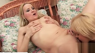 Petite girl and her saggy titted mature teacher with Flotter Dreier mit gei
